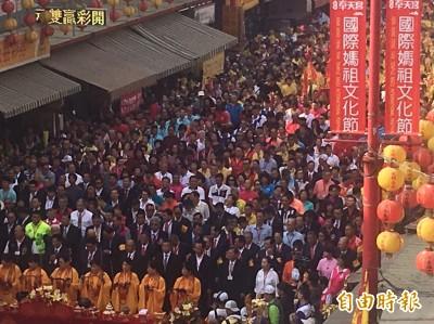 壯觀!新港湧入逾10萬信徒 三跪九叩向大甲媽祝壽