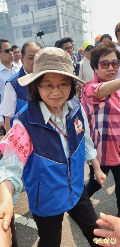 首位現任總統隨香白沙屯媽祖 小英徒步5公里
