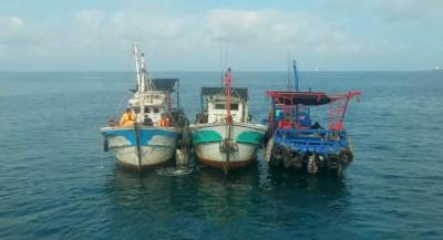 虧大了!漁船闖入商港區捕撈被抓 最高罰50萬