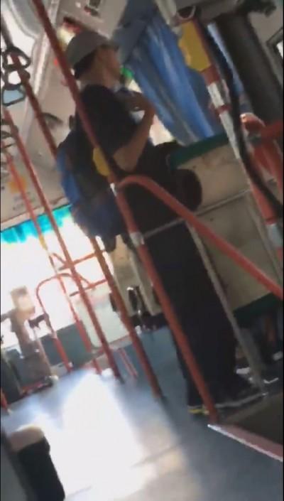 公車上熟睡小心!噁男緊靠座位旁趁機「下體蹭頭」
