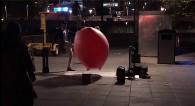 台魔術師澳洲街頭表演 竟遭狠踹重摔倒地