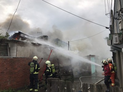 中壢民宅火警 房客匆忙逃出 20消防車穿梭搶救
