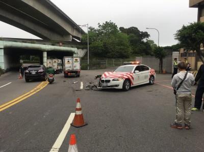 國道「紅斑馬」才剛駛出駐地  「碰」下1秒擦撞小貨車