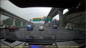床墊放車頂冒險行駛國道 目擊網友諷「是多名貴?」