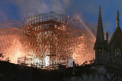 圖輯》聖母院大火燒斷尖塔、玫瑰花窗全毀 法國人垂淚