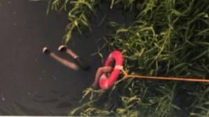 河面浮兩隻腳! 消防員緊急跳水救人