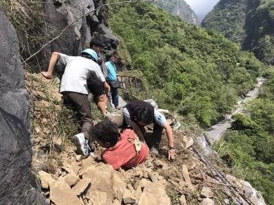 花蓮強震》規模6.1地震 中橫2遊客遭落石砸傷