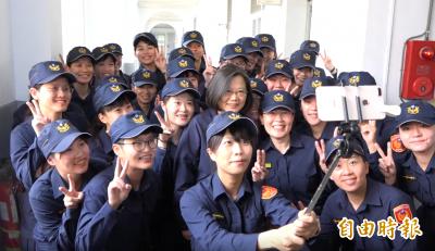 新衣片》警察換新裝 總統開心與女警自拍