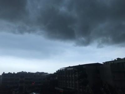 中部超大雷雨! 厚實黑雲壟罩像海嘯