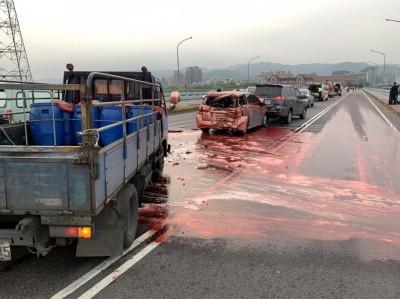 豬血車、3轎車連環撞   「血洗」城林橋回堵一公里