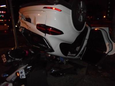 酒後我來開!結果保時捷翻車遭消防栓貫穿 差點撞進麥當勞