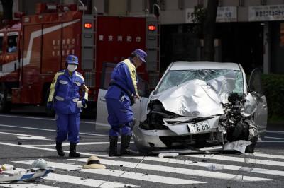 行動不便拄拐杖 日老翁仍開車撞飛10人害死母女