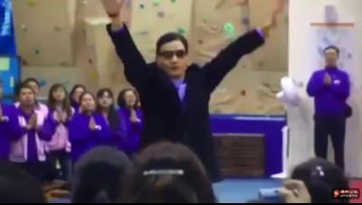 信徒狂喊「感恩師父」 妙禪嗨跳+飛吻網友全傻眼...