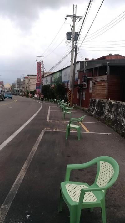 超狂佔位! 餐廳塑膠椅霸佔整排停車格