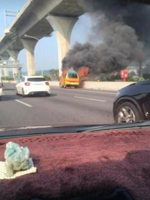 國道1號濃煙竄天 驚!娃娃車火燒車