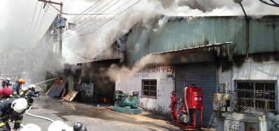 台中停業電鍍工廠失火 延燒5戶民宅頂樓
