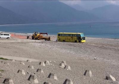 扯! 遊覽車直接開進七星潭沙灘 結果GG了