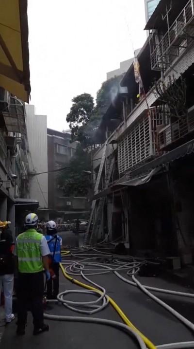 北市透天二層頂樓起火 消防到場迅速撲滅
