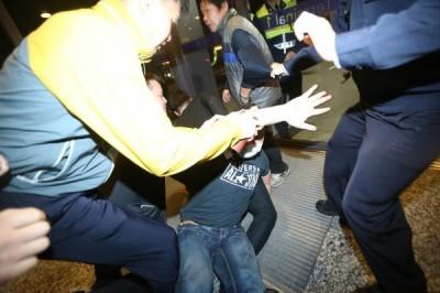 黃之鋒來台遇「暴力接機」 白狼次子獲判無罪