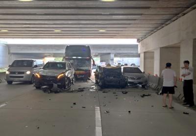 桃機出場車道6車連環撞!遊覽車玻璃碎裂、小黃擠壓變形