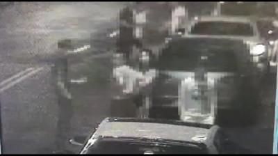 小轎車追撞2人後逃逸  20友人到場被誤認鬥毆