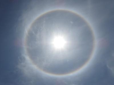 台東出現七彩日暈 鄭明典:冰晶折射、完整的22度暈