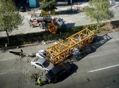 驚嚇!起重機高空墜落西雅圖市中心 壓6車釀4死4傷