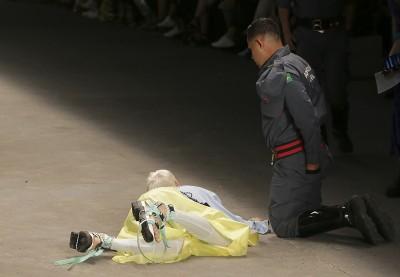 嚇傻!聖保羅時裝週走秀 模特兒倒地死亡