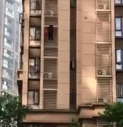 狂!老年癡呆8旬婦想出門 直接從14樓外牆爬到5樓