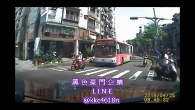 驚險一瞬間!騎士闖黃燈突然煞停 險遭後方公車輾過