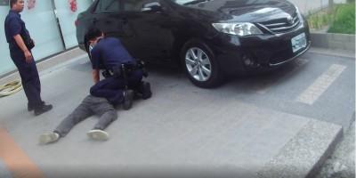 開小貨車吸菸被攔查 副駕駛座2人落跑原因是...