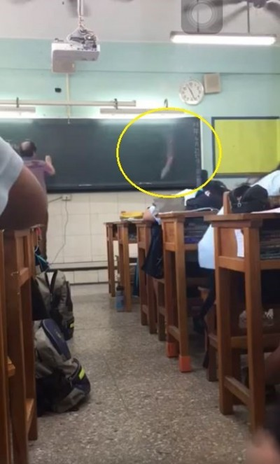 教育怎麼了? 屁孩學生上課朝黑板丟煙霧彈還PO網炫耀