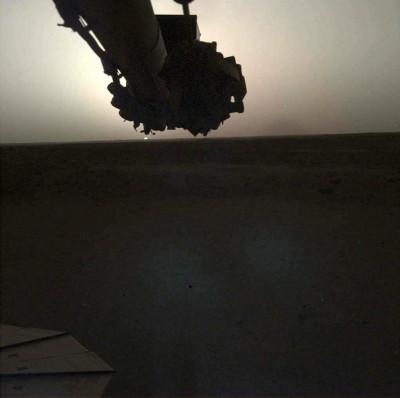 NASA洞察號傳回最新照片 捕捉火星日出、日落