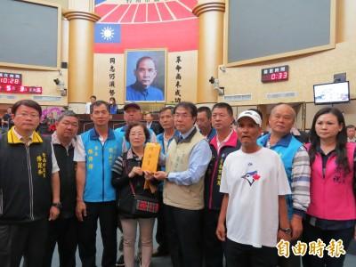 台南500多名漁民反種光電 謝龍介帶領赴市議會陳情