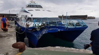 嚇死人!綠島交通船 進港碰撞港嘴堤防