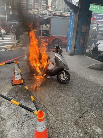行駛中機車突起火燃燒  騎士嚇壞棄車逃