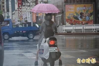 秀特技?腳穿矮子樂、手撐傘、騎機車...警方:起碼罰6千