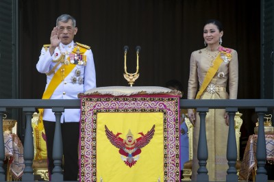 加冕儀式第3天 泰王和王后現身皇宮陽台 向人民致意