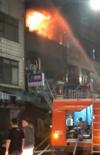 消防隊在對面!高雄小港文具店深夜惡火 一家1死2重傷