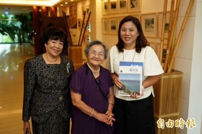 西子灣海水浴場百年專刊 88歲阿嬤憶:我跟蔣孝文是同學