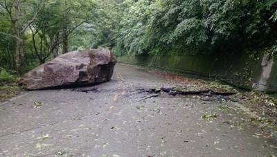 15噸巨石砸破苗21線 南庄公所緊急搶通