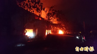 新營工業區工廠凌晨大火 傳爆炸聲火舌竄燒