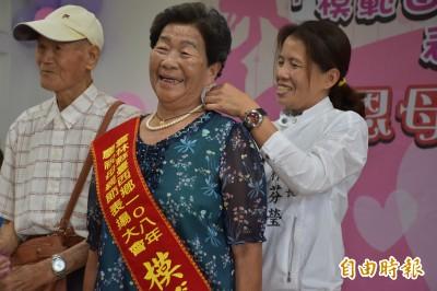 台西公所揚母愛 999純金項鍊足感心