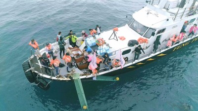 千人登基隆嶼淨灘 放流2萬8000尾魚苗