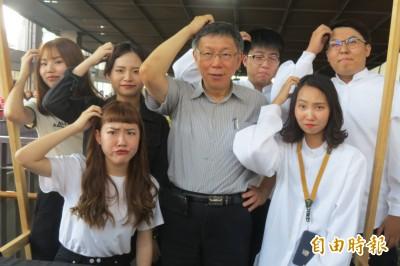 柯P逛台中文創園區吸人氣 年輕人搶拍照最愛這姿勢…
