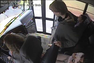 影片曝光!公車司機「神來一手」 救了乘客一命