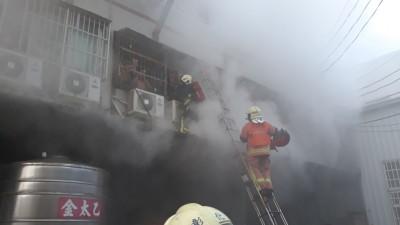 彰化工廠大火 救出3人嗆傷送醫急救