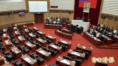 全場傻眼!藍營議員大讚韓國瑜 要求列席官員起立鼓掌