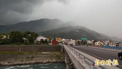 大自然的奧妙!南投局部陣雨 一橋之隔成「乾溼分離」