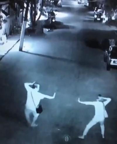 搞笑!夫妻散步突上演「武俠片」 網大讚:感情令人羨慕